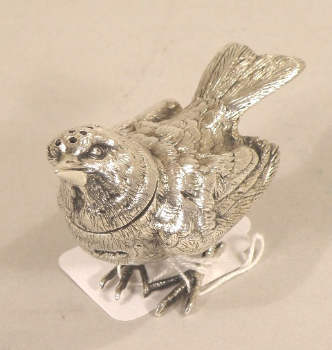R** H** A SILVER PEPPERETTE HEAVILY CAST IN THE FORM OF A BIRD having cast plumage, detachable pierced head, wings folded, Sheffield, 1926, 82g