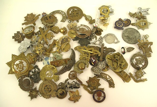 A COLLECTION OF WW1 AND WW2 CAP BADGES, A.R.P. T.A., Comrades or Great War, Weapons Week, and silver coin ID disc (approximately 75 items)