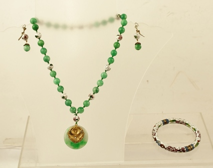 A JADE AND CLOISONNE SUITE comprising a cloisonne bangle with all-over inlay, a carved jade and cloisonne necklace and matching drop earrings with alternate beads with wire fittings