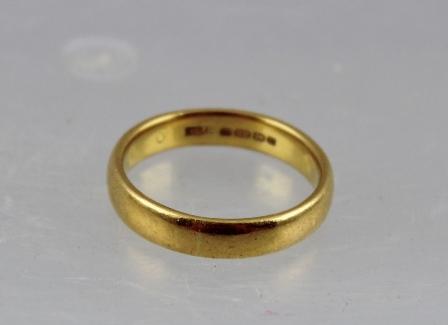 A 22CT. GOLD PLAIN BARREL PATTERN WEDDING RING, size T, 8g.