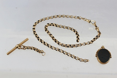 AN EARLY 20TH CENTURY GOLD COLOURED METAL ALBERT, having circular facetted links, T-bar and two dog clips with a bloodstone/cornelian swivel seal, gross weight 22g.