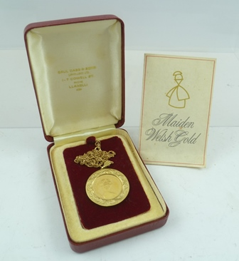 A 1979 GOLD SOVEREIGN mounted within a 9ct gold pendant mount, engraved acanthus leaf decoration, on a 9ct gold chain