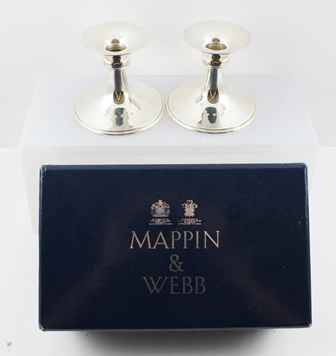 MAPPIN AND WEBB A PAIR OF LATE 20TH CENTURY SILVER CANDLESTICKS having knopped stems, on outswept circular bases, Sheffield 1993 10cm high, 310g, in original vendors box