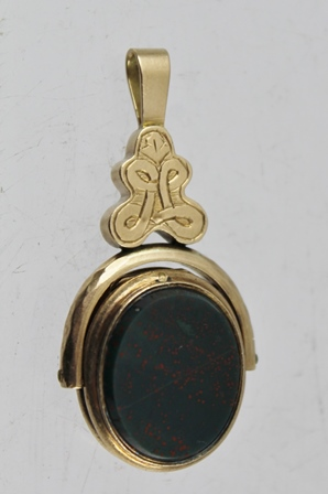 A 10CT GOLD STONE SET FOB/LOCKET, having oval carnelian and bloodstone verso, stamped 10c