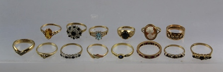 A SELECTION OF FOURTEEN GOLD DRESS RINGS, set with various stones