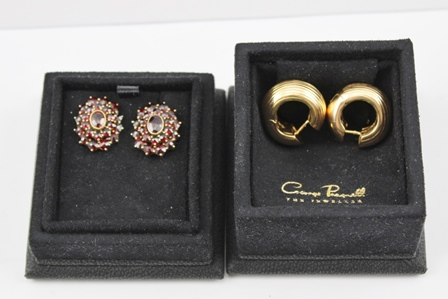 A PAIR OF 18K GOLD HINGED HOOP FORM EARRINGS together with a pair of GARNET SET EARRINGS, in black George Pragnell box