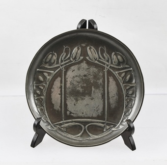 ARCHIBALD KNOX (FOR LIBERTYS TUDRIC PEWTER) AN EARLY 20TH CENTURY CIRCULAR DISH with typical Celtic design, fully stamped to the rear with no. 0231, 14cm diameter