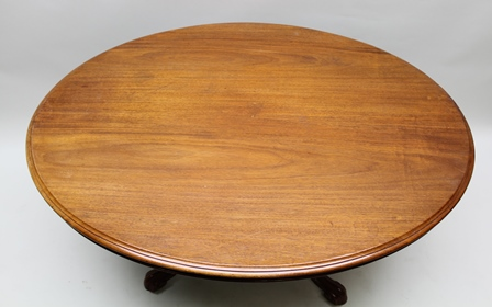 A VICTORIAN MAHOGANY OVAL TOPPED LOO TABLE, supported on a short turned baluster column with four shaped legs with scrolling feet, 72cm high x 136cm at its widest