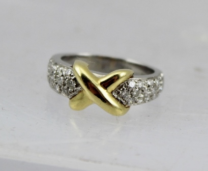 AN 18CT GOLD X-SHAPED RING set with diamonds, stamped 18k and plat, size M 1/2