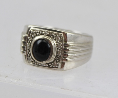 A GENTLEMANS 9CT WHITE GOLD DIAMOND AND ONYX RING, size T