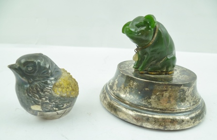 A SEATED MODEL PIG, a collar about his neck, mounted upon a silver plinth base, 5.5cm high, together with a white metal CHICK (2)