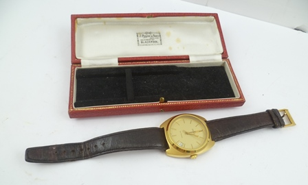 A GENTLEMANS GOLD PLATED ZENITH XL-TRONIC WRIST WATCH, having gilded dial with batons and date aperture, on a brown leather strap