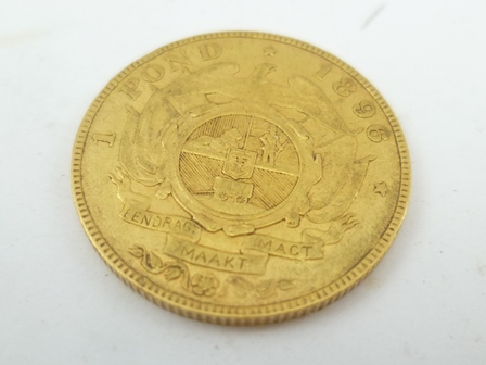 A SOUTH AFRICAN 1896 1 POND GOLD COIN