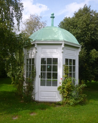 A VICTORIAN STYLE OCTAGONAL SUMMERHOUSE  WITH DOMED COPPER COVERED ROOF. Painted white believed mainly hardwood construction, opening door and three opening windows. (10 6 X 10 6) (3.2m x 3.2m) internal  (Original purchased from Sothebys Summers Place Auction)  BUYER TO REMOVE AT THEIR EXPENSE FROM WARWICKSHIRE LOCATION Nr Stratford upon Avon. Viewing on site, by appointment only, with the Auctioneers. The purchaser must remove the summerhouse within 14 days of the auction date. Further images available on request.