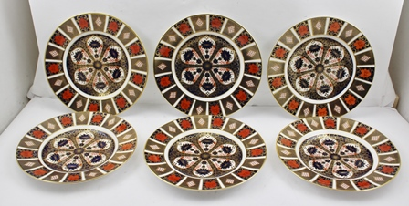 A SET OF SIX ROYAL CROWN DERBY DINNER PLATES, gilded and decorated in the Imari palette, no. 1128, 26.5cm diameter