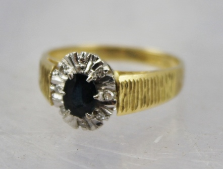 AN 18CT GOLD SAPPHIRE AND DIAMOND CLUSTER RING, size N