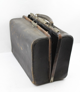 A LATE VICTORIAN GLADSTONE BAG with fitted interior, includes silver topped bottles, inkwell etc.