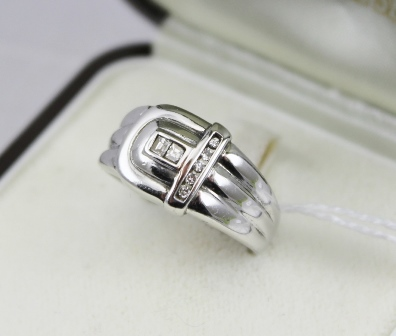 AN 18CT WHITE GOLD DIAMOND SET BUCKLE STYLE RING, stamped .750, ring size N