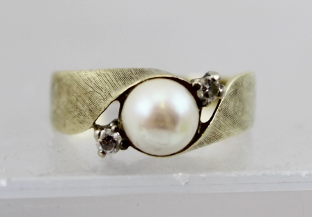A 14CT GOLD, PEARL AND DIAMOND CROSSOVER DRESS RING, stamped .585, size P and half