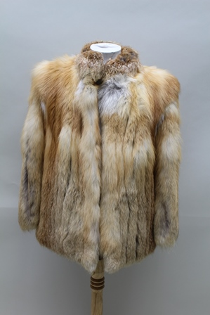 A NATURAL CANADIAN RED FOX LADYS FUR JACKET, 74cm long, 117cm sweep (together with a 1987 valuation for £800)