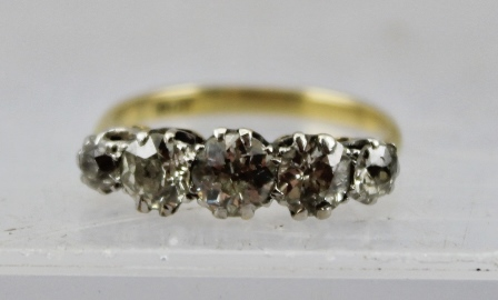A FIVE-STONE DIAMOND RING, set on an 18ct gold band, ring size N1/2