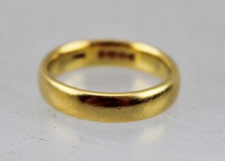 A 22CT GOLD PLAIN WEDDING BAND, size O1/2