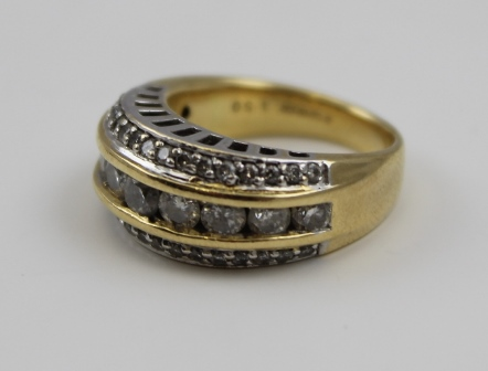 A DIAMOND SET 18CT GOLD LADYS RING, set with a central band of nine brilliant cut stones, flanked by two rows of smaller diamonds, size K 1/2
