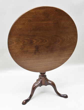 A GEORGE III MAHOGANY SNAP TOP SUPPER TABLE, tear drop turned stem on triform supports, 75cm diameter