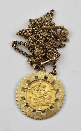AN 1897 SOVEREIGN in a yellow metal pendant mount, on a 9ct gold decorative link chain