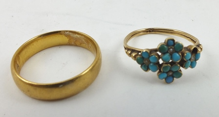 A 22CT GOLD WEDDING BAND, together with a turquoise set ladys RING of flower head design (2)