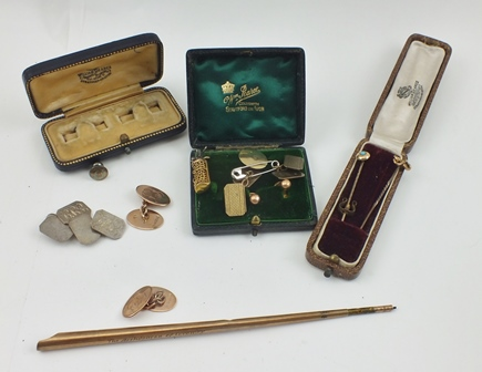 A PAIR OF ROSE GOLD 9CT OVAL CHAIN LINK CUFFLINKS (monogrammed), in vendors case, together with a 9CT GOLD FOB in the form of a bag of golf clubs, A 9CT GOLD DIP PEN, other GOLD ITEMS, stick pins etc.