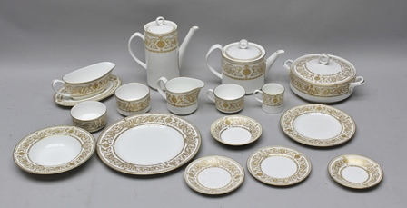A ROYAL WORCESTER HYDE PARK PATTERNED AND GOLD LEAF DECORATED DINNER SET, comprising;- 14 x dinner plates, 14 x side plates, 14 x 8 plates with rims, 13 x dishes, 12 x pudding bowls, 12 x coffee cups, 12 x coffee saucers, 12 x tea cups, 8 x tea saucers, 1 x sauce boat plus 2 x saucers (for sauce boat), 2 x jugs, 1 x coffee pots, 1 x teapot, 3 x sugar bowls (small), 1 x sugar bowl (large), 1 x vegetable dish with lid, approximately 124 pieces