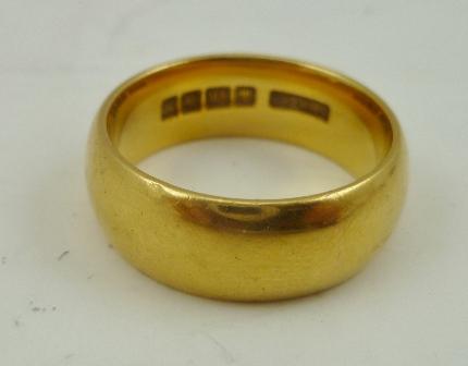 AN 18CT GOLD PLAIN WEDDING BAND, 13g