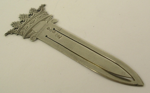 POSSIBLY JAMES BEEBE A SILVER PAGE MARKER having engraved decorated top fashioned as a crown, London 1887, 5g.