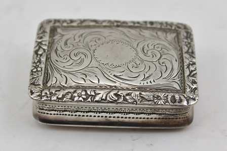 NATHANIEL MILLS A VICTORIAN SILVER VINAIGRETTE, having acanthus chased decoration, gilded interior with pierced floral grille, Birmingham 1846, 4cm, 19g.