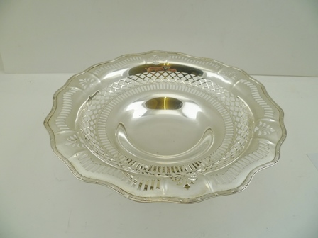 CHARLES WESTWOOD & SONS AN EDWARDIAN SILVER PEDESTAL FRUIT BOWL, of pierced decorative design with petal form rim, having bound reeded edge, Birmingham 1909, 26cm diameter, 384g.
