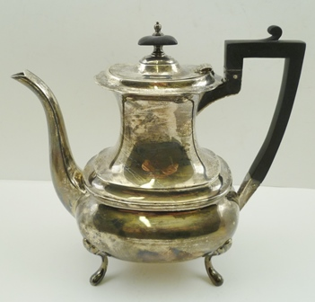 WALKER & HALL A GEORGIAN DESIGN SILVER COFFEE POT, raised on four feet, Sheffield 1924, weight including non-silver handle and knop 748g.