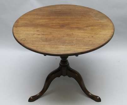 A WELL MADE EARLY 19TH CENTURY MAHOGANY CIRCULAR TILT TOP TABLE on fancy turned and fluted column with three down swept legs terminating in pointed pad feet 72cm high x 84cm diameter (1 thick top)