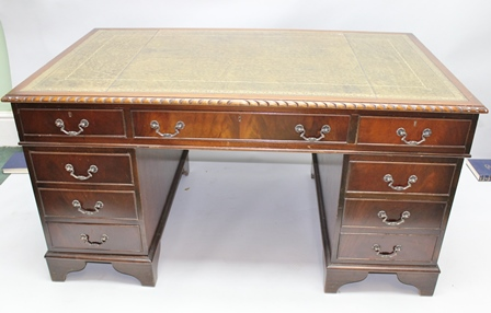 A LARGE REPRODUCTION MAHOGANY FINISHED TWIN PEDESTAL DESK with carved ropework edge and skiver inset top, having three in-line drawers supported on two plinth bases, each having three drawer frontage, with plain bracket feet, 79cm x153cm