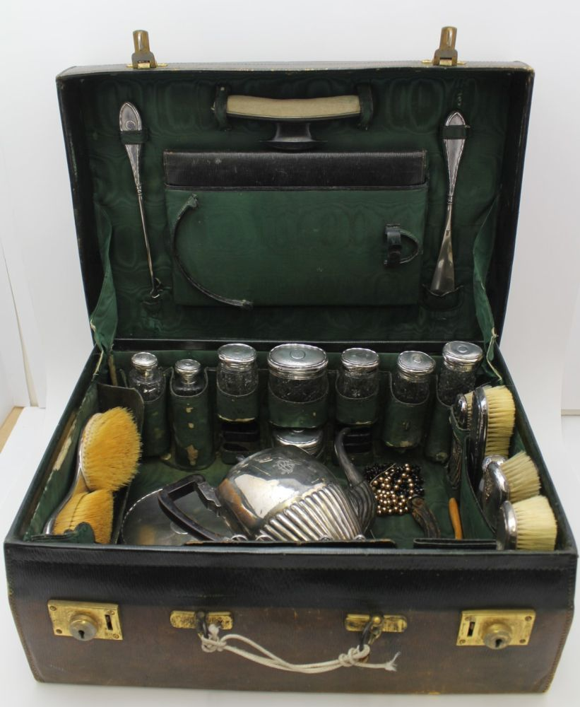 AN EARLY 20TH CENTURY GREEN LEATHER VANITY CA