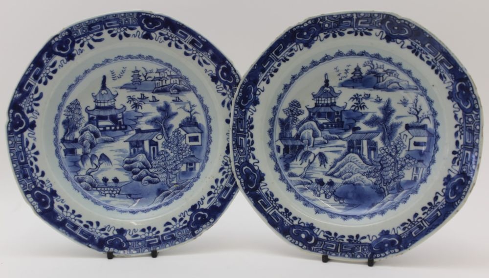 A PAIR OF CHINESE 18TH CENTURY PORCELAIN SHAL