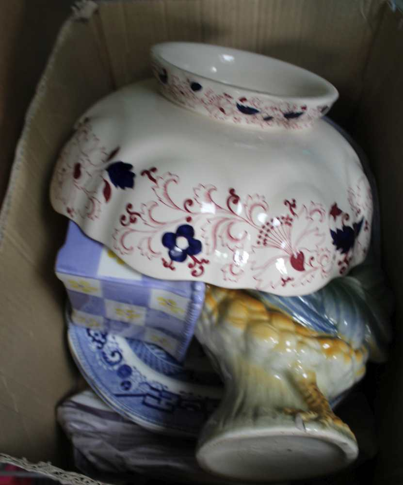 A SELECTION OF DOMESTIC POTTERY to include wi