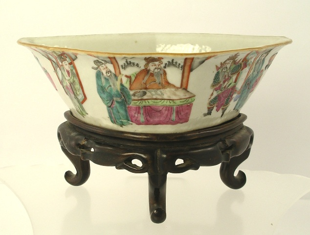 A LATE 19TH/EARLY 20TH CENTURY CHINESE CANTON EXPORT DISH of fancy crescent moon shape, decorated in polychrome with ennobled figures, on fitted hardwood stand, dish 6cm high x 21cm wide