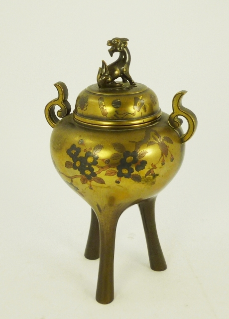 AN EARLY 20TH CENTURY JAPANESE TING/CENSER, having Kylin finial globular body with inlaid Shibayama decoration, raised on three legs
