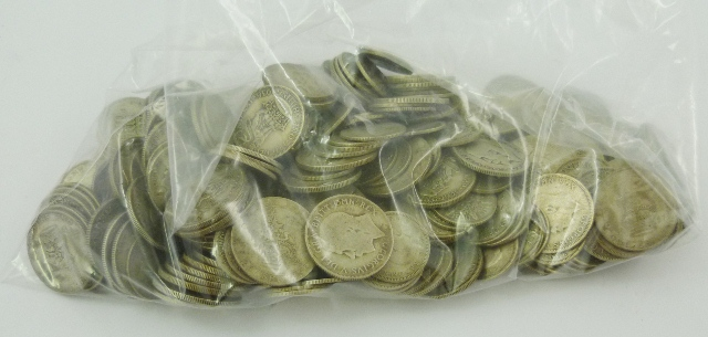 A BAG CONTAINING AN EXTENSIVE NUMBER OF BRITISH HALF SILVER SHILLINGS AND SIXPENCES FROM 1920-1946, 1098g.