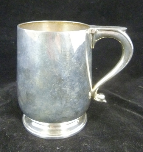 WILLIAM SUCKLING LTD. A SILVER ONE PINT MUG, having plain boxy, scroll handle and raised moulded foot, Birmingham 1941, 375g.