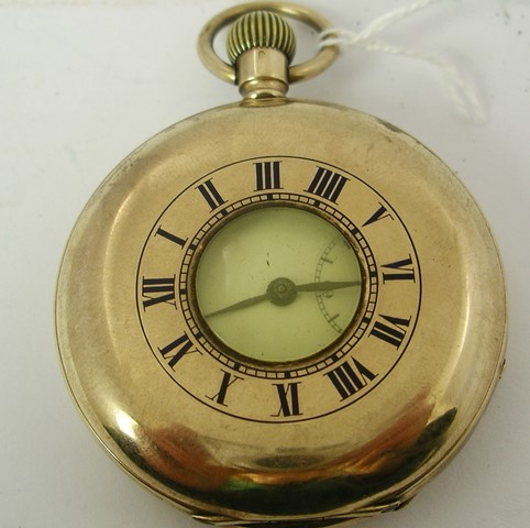 AN EARLY 20TH CENTURY 9CT GOLD GENTLEMANS DEMI HUNTER POCKET WATCH having 17 jewel Swiss lever keyless mechanism and white Roman enumerated dial