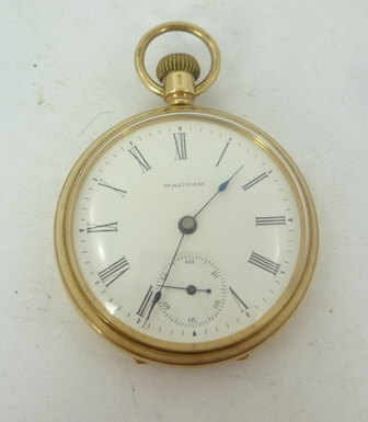 A 1930s 9CT. GOLD GENTLEMANS OPEN FACE WALTHAM POCKET WATCH, having un-jewelled keyless mechanism faced by a Roman calibrated dial