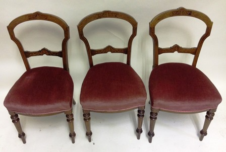 A SET OF SIX LATE 19TH/EARLY 20TH CENTURY INLAID BACK DINING CHAIRS, each having fancy shaped crest rail and single bar back, overstuffed seat pad, on turned and inlaid forelegs, plain rear, 89cm high