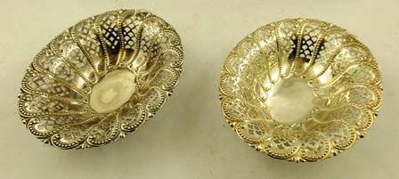 ELKINGTON & CO. A PAIR OF LATE VICTORIAN PIERCED SILVER OVAL SWEETMEAT DISHES, Birmingham 1897, 15cm diameter, combined weight approximately 252g.
